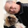 Cane e uomo uniti nella terza età